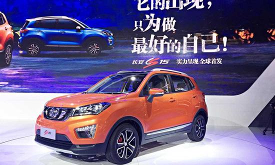 自去年开始,小型SUV就成为中国汽车市场的一个热门区域,江淮、北汽、长城等品牌推出了一系列相关产品,其高超的性价比和实用性得到了广大二三线市场消费者的高度认可,单品月销量一度超过了3万辆,显示出了强劲的市场需求。作为中国品牌的领军者,长安汽车深刻洞察消费者的用车需求,并应时研发推出了CS15。同时,相对于江淮等竞争品牌,长安汽车强大产品实力与品牌积淀将为CS15在未来的市场竞争中加分不少,CS15完全有机会在竞争激烈的小型SUV市场搅动风云,重塑格局。