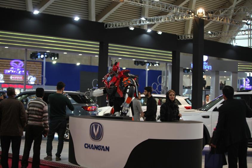"""此外,""""长安汽车VR体验区""""基于时下最为火热的3D及VR技术打造,播放的长安汽车无人驾驶视频更是吸引了众多的消费者。两个科技感十足的汽车机器人,灵动活泼,与""""长安汽车VR体验区""""相互呼应,生动诠释了长安汽车科技动感的主题,带给伊朗观众前所未有的体验。"""