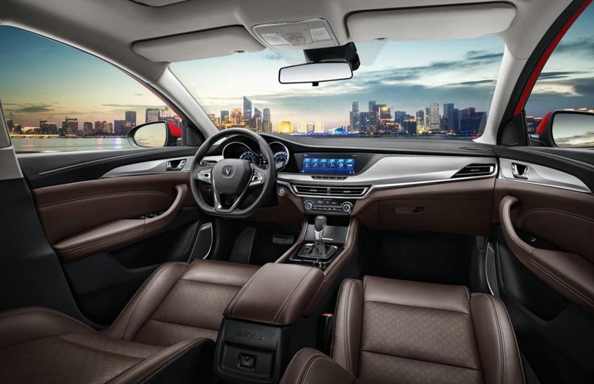逸动也继承了长安汽车功能丰富的特点,除语音控制,互联导航,自动空调